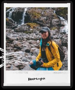 polaroid foto met vrouw voor een waterval