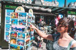 vrouw bij postcards in Parijs