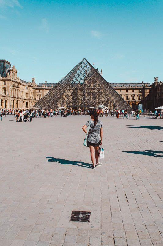 reisblogger bij het Louvre Parijs