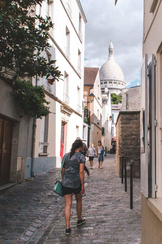 Vrouw loopt door Parijs