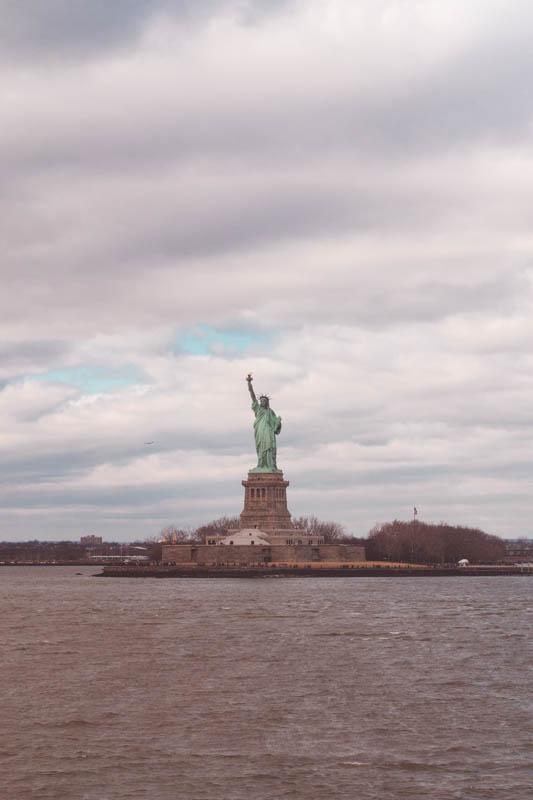 vrijheidsbeeld vanaf de gratis ferry