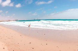 Blauwe surfstrand bij Fuerteventura met surfers