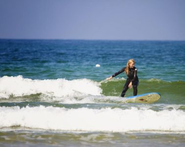 Surfchick op de golven
