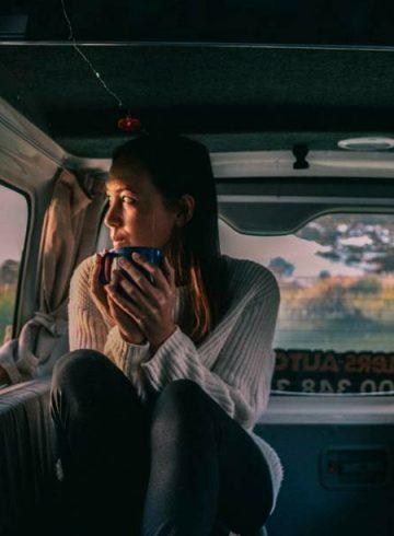 vrouw in camper