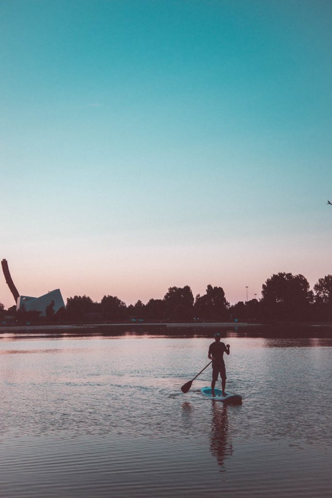Stand up paddle met zonsondergang
