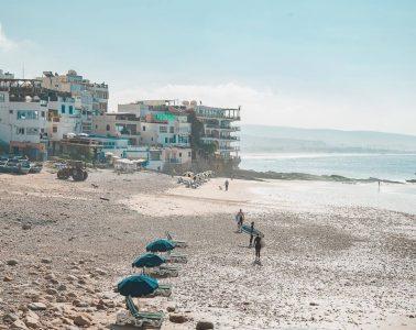Surfers op strand Taghazout Marokko