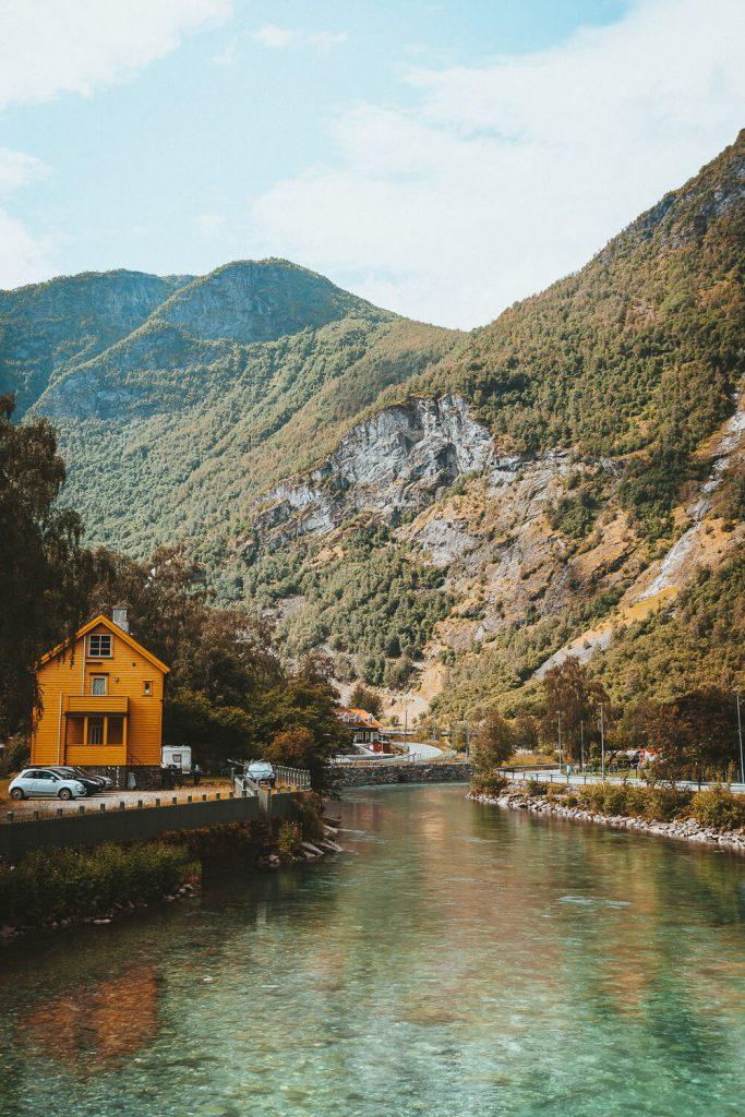 huisjes in flam met rivier