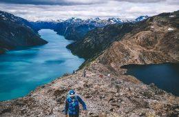 jongen loopt met Gore-Tex jas in Noorwegen